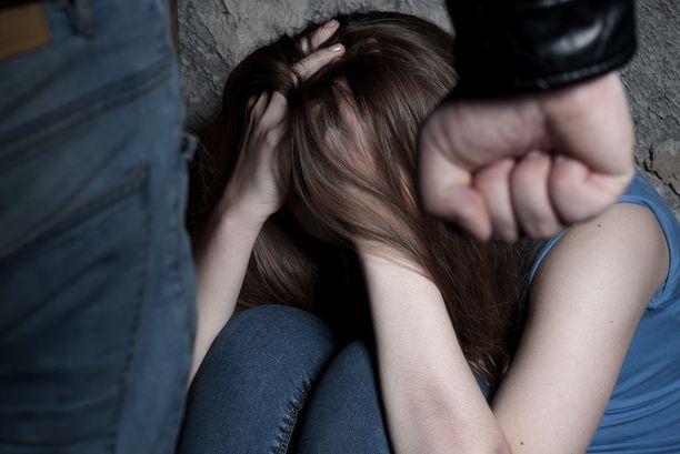 Asuntoon houkuteltu tyttö joutui järkyttävän seksirikossarjan uhriksi.