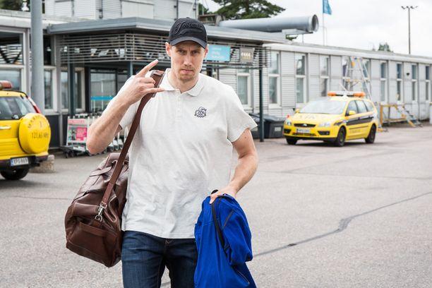 Marko Anttila on päässyt pitkän kauden jälkeen kesän viettoon. Kiekkosankarin juhannus sujuu kaveriporukassa kesämökillä Vesilahden maisemissa.