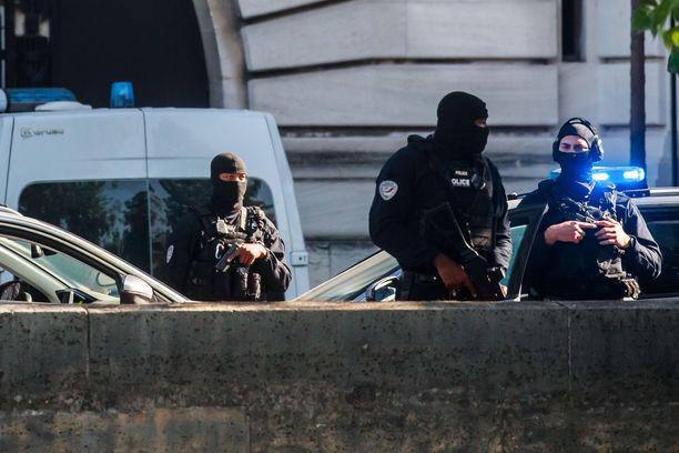 Terroristi Salah Abdeslam tuotiin oikeuteen tiukoissa turvatoimissa.