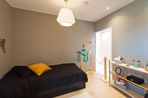 Perhe halusi pienet makuuhuoneet ja suuret yhteiset oleskelutilat. Alakerran makuuhuoneiden ilme eroaa valtavasti yläkerran makuuhuoneista, joissa seinien pinta on puuta.