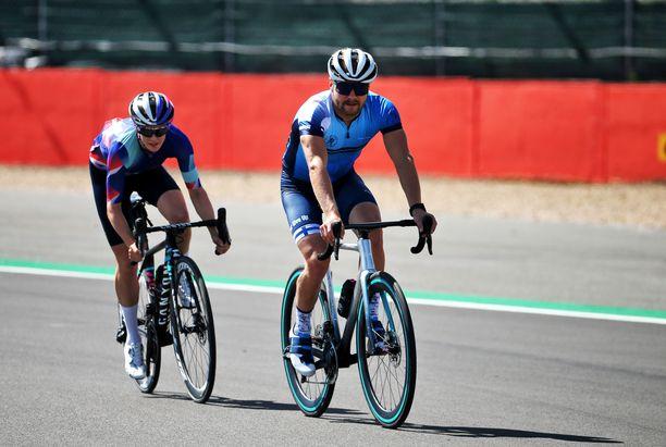 Valtteri Bottas on ihastunut pyöräilyyn tyttöystävänsä kautta.