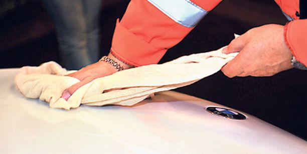 Painepesurilla ja oikealla pesuaineella pestessä autoon tarvitsee koskea vasta kuivausvaiheessa.