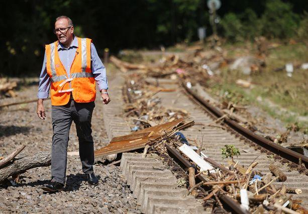 Deutsche Bahn -liikennekonsernin Kölnin-johtaja Hans Gabler kävelee vaurioituneella raideosuudella heinäkuun 21. päivä.