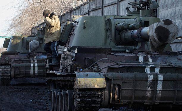 Ukrainalaissotilaat valmistautuvat vetämään raskaista aseistustaan Donetskin alueelta.