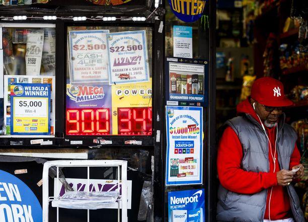 Newyorkilainen kioski mainosti keskiviikkona 900 miljoonan dollarin päävoittoa, joka kasvoi arvontaan mennessä yhteen miljardiin.