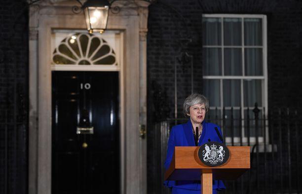 Pääministeri Theresa May on puolustanut urheasti EU:n kanssa neuvottelemaansa erosopimusta. Se kuitenkin tyrmättiin murskaluvuin parlamentissa.