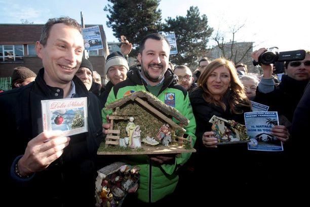 Pohjoisen liitto -puolueen puheenjohtaja Matteo Salvini (kesk.) osoitti koulun edessä mieltään jouluseimi käsissään.