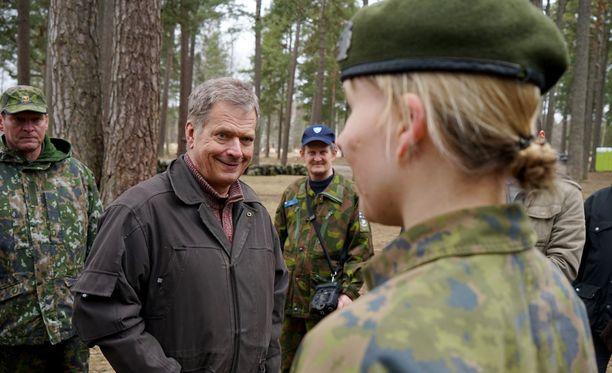 Niinistö käväisi lauantaina tutustumassa nuorten turvakurssiin Helsingin Santahaminassa.