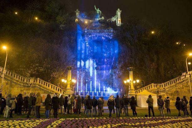 Gellertin kukkulan vesiputous loistaa myös Suomen lipun väreissä Unkarin Budapestissa.