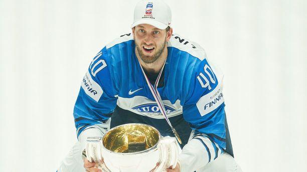 Petteri Lindbohm juhli MM-kultaa Bratislavassa keväällä 2019.