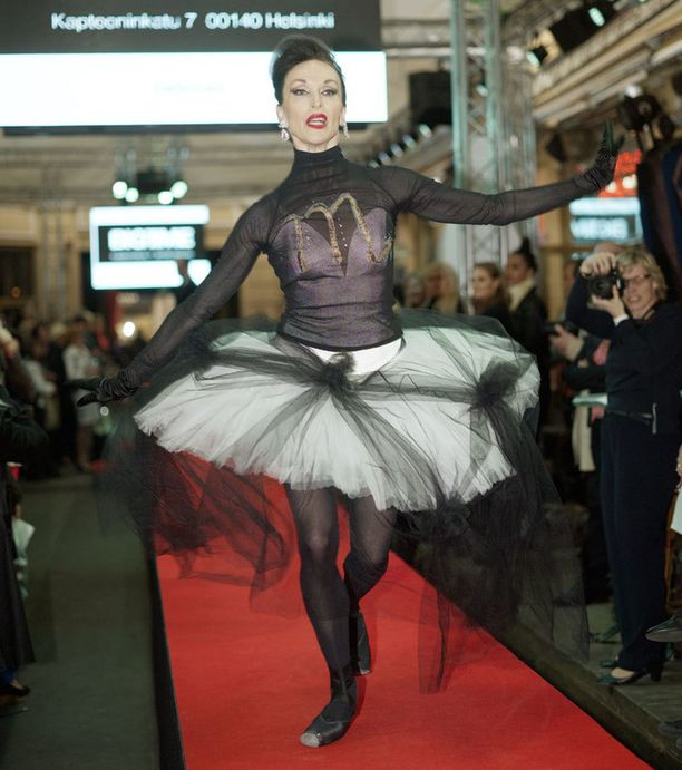 Jaana Puupponen on tiettävästi Suomen ainoa yli 50-vuotias ballerina, joka yhä tanssii varpailla.