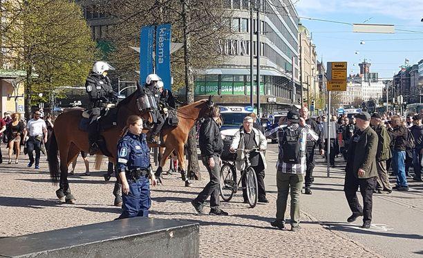 Poliisi tarkkaili mielenosoituksen kulkua myös ratsupoliisien avustuksella.