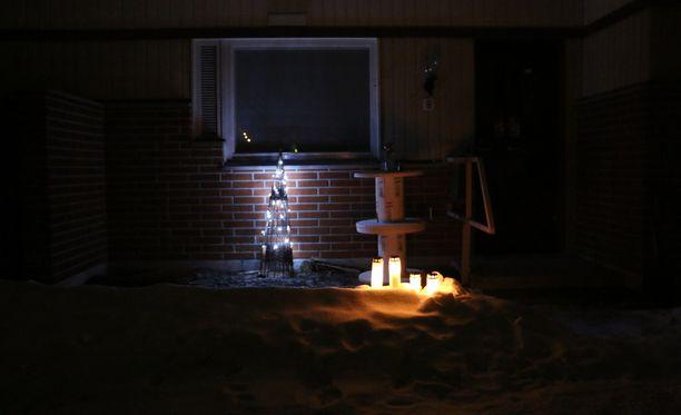 Surmatalon edustalle tuotiin kynttilöitä. Arkistokuva.