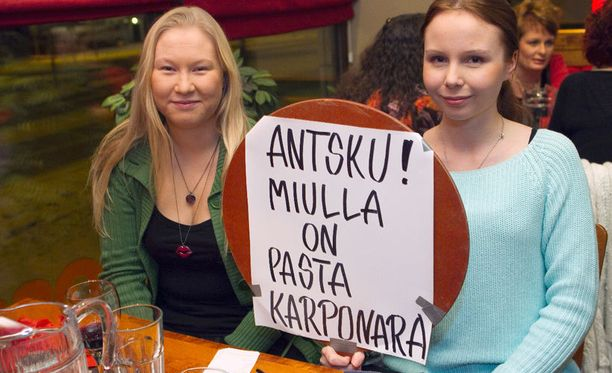 Henna Räikkönen (vas.) ja Niina-Maria Tiirikainen muuttivat suunnitelmiaan, koska halusivat osallistua kisakatsomoon.