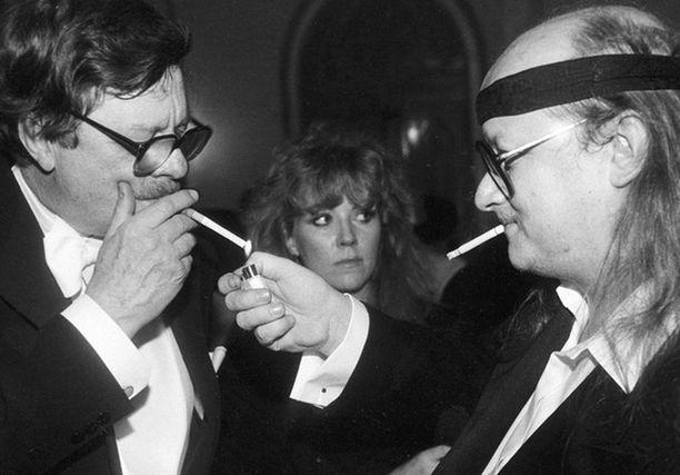 Juice poltteli tupakkaa Linnassa ja loi samalla tulevan pikkujoulumuodin kiepauttamalla kravatin päänsä ympärille.