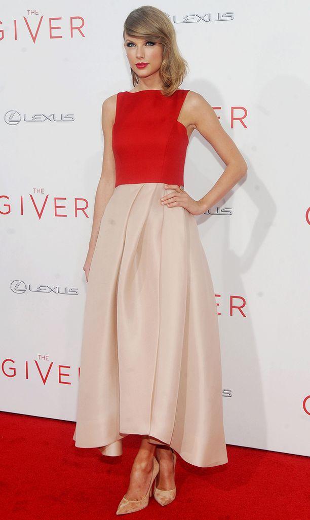 Taylor Swift edusti The Giver -elokuvan ensi-illassa upeassa mekossa.