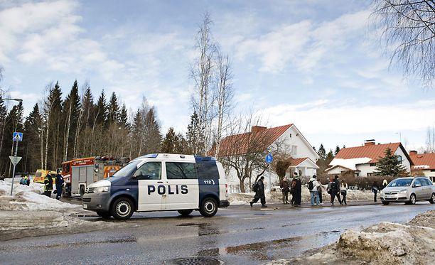 Tuntematon mies soitti keskiviikkona hätäkeskukseen ja uhkasi ampua lahtelaiskoulun oppilaat. Uhkaus osoittautui perättömäksi.