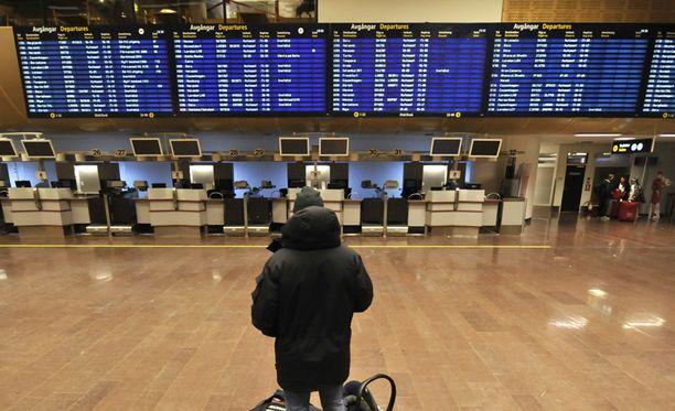Matkustaja tutkaili lentojen näyttötauluja Arlandan lentokentällä vuonna 2012.