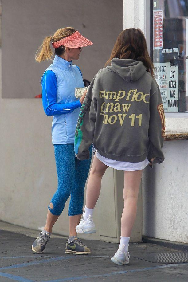 Lori Loughlin ja Bella Giannulli ikuistettiin yhteiskuvaan pysäköintipaikan kassan edessä Los Angelesissa 5.4.2019.