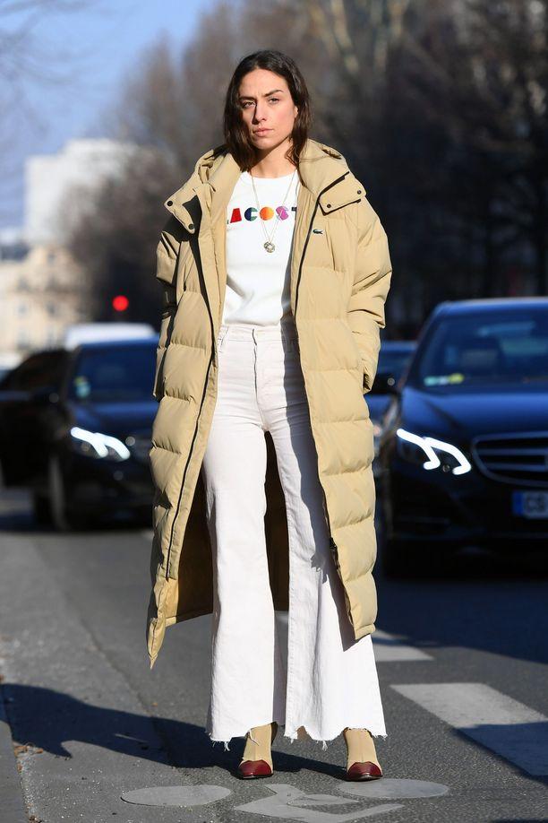 Jos muhkutakki tuntuu hankalalta yhdistellä, luota klassiseen kikkaan ja pidä muu asu mahdollisimman simppelinä. Helpoiten teet sen pukemalla samaa väriä sekä ylä- että alaosaan. Tässä lookissa tykkäämme takin väriin soinnutetuista kengistä!