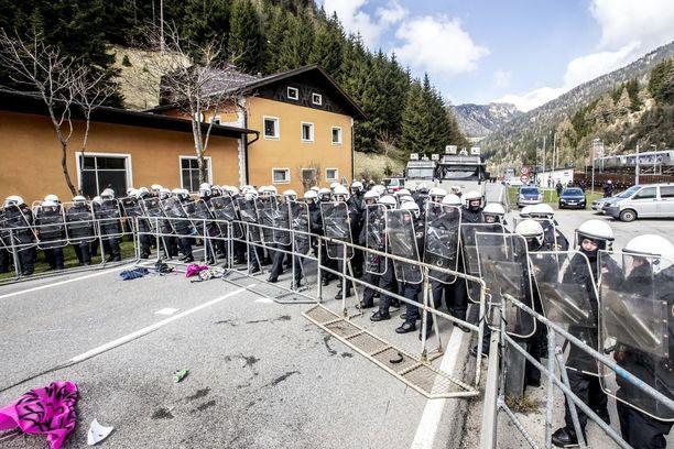 Sotilaat katkaisevat pakolaisten matkan Itävallan rajalle.