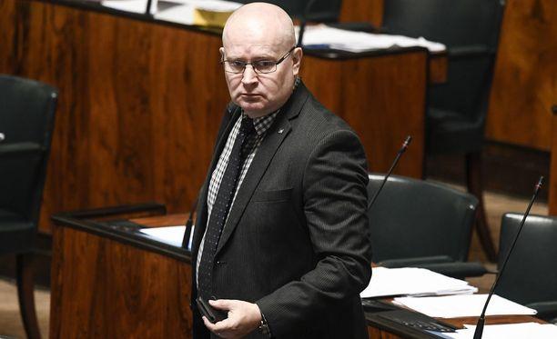 Työministeri Lindströmin mukaan väitettyä pikkujouluvälikohtausta hänen ja Teuvo Hakkaraisen välillä ei tapahtunut.