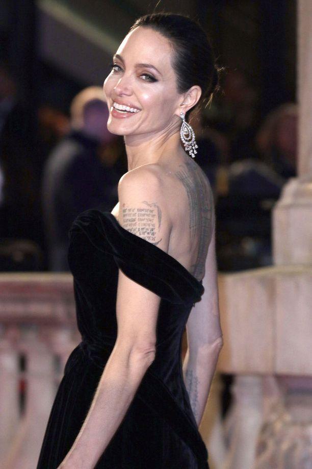 Angelinan kerrotaan olevan raivoissaan Pittin mahdollisesta suhteesta.