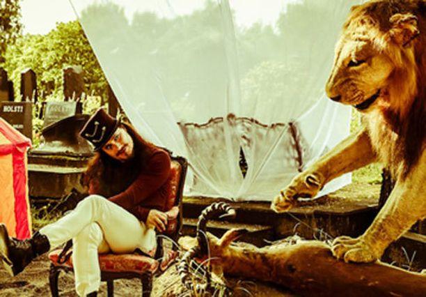 Tuomas Holopainen poseeraa Natali Karppisen kuvissa.