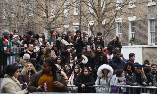 Opiskelijat tungeksivat nähdäkseen vilauksen herttuattaresta.
