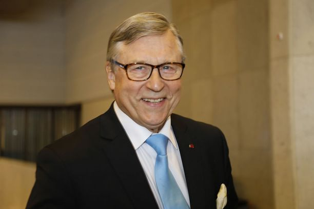 Pertti Salolainen vaatii lopettamaan spekulaatiot kansanäänestyksen järjestämisestä Suomen EU-jäsenyydestä.