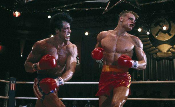 Vuonna 1985 valmistuneessa elokuvassa Rocky IV metsässä ja työn voimalla harjoitteleva amerikkalainen sankari (Sylvester Stallone) voittaa tehovalmennetun neuvostoliittolaisen iskukoneen (Dolph Lundgren).
