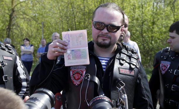 Jengiläinen esitteli maanantaina Valko-Venäjän ja Puolan välisellä rajalla passiaan, jossa näkyy peruttu Schengen-viisumi.