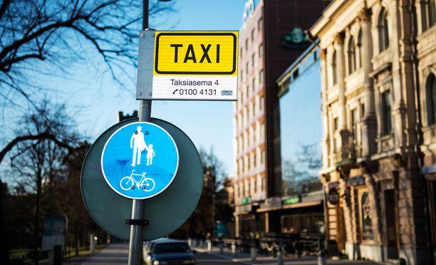 Yhtiöt rekrytoivat satoja taksinkuljettajia, kun alan säännöstelyä puretaan heinäkuun alussa.