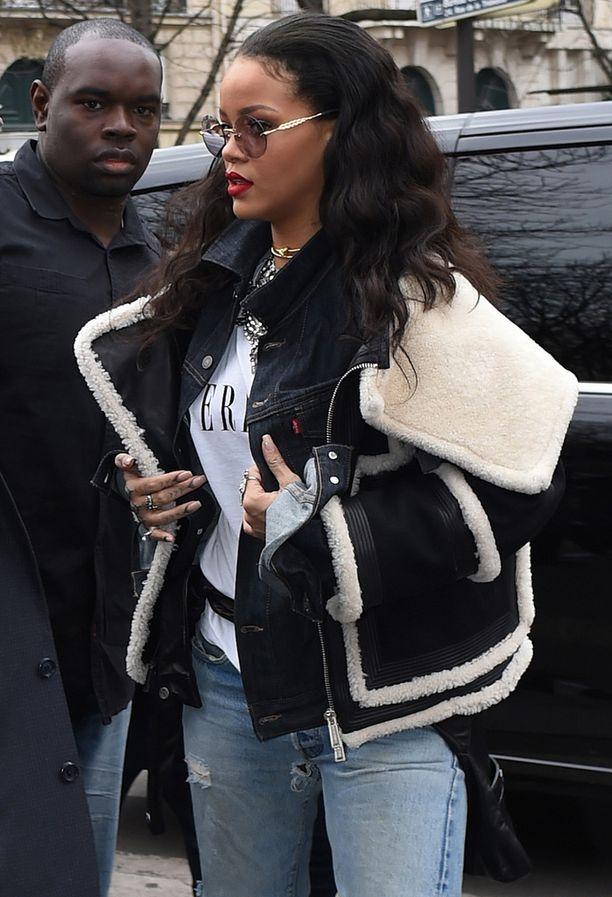 Rihannan katu-uskottava pilottitakki.