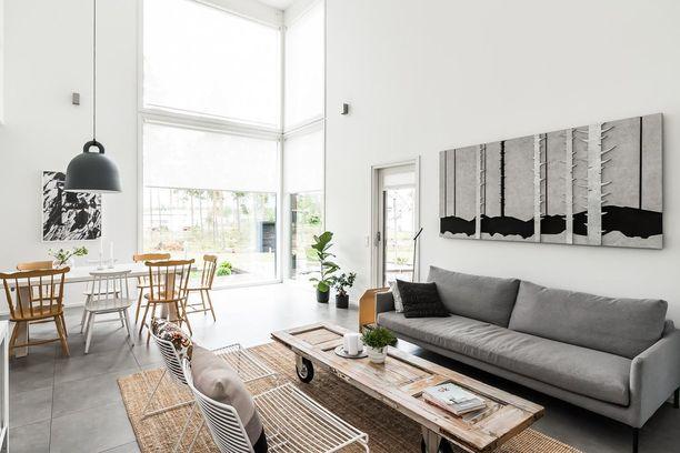 Keksi vanhalle uusi käyttötarkoitus. Tässä kodissa vanha ovi on tuunattu sohvapöydäksi. Vanhat pinnatuolit sopivat puolestaan sisustukseen kuin sisustukseen!