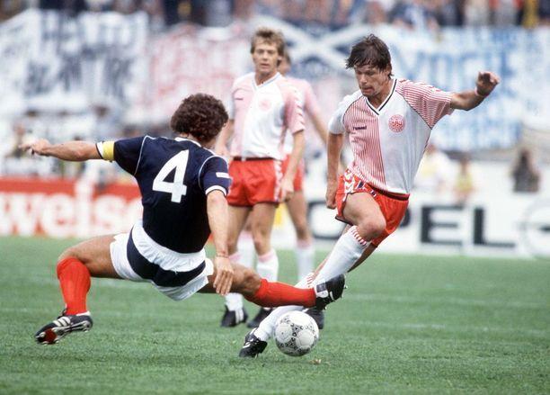 1986. Skotlannin vaakaraitashotseja tuskin kukaan kaipaa, mutta Tanskan kaksiosainen paita oli toimiva.