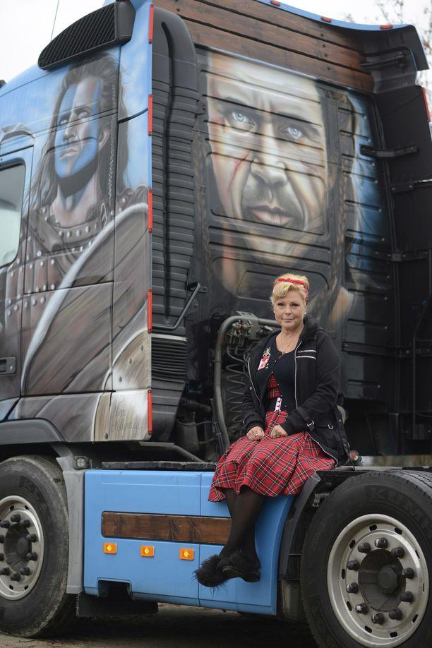 Puolisonsa rekkaan Nina maalasi Mel Gibsonin Braveheartina.