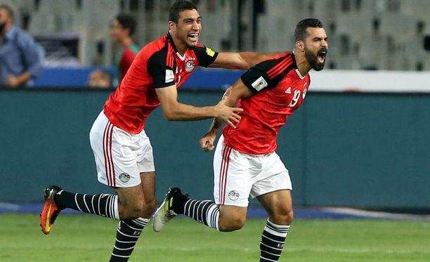 Egyptin Abdalla El Said (oik.) juhlii maalia Ugandaa vastaan.