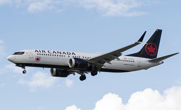 Haisevan aineen epäillään olevan peräisin lentokoneiden vuotavista ulostesäiliöistä, vaikka liikenneviranomaisten mukaan väite ei pidä paikkaansa.