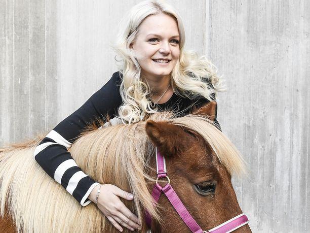 Emilia Bottas halasi Helsinki International Horse Show'n maskottiponia Blondia töölöläisen hotellin pihalla.