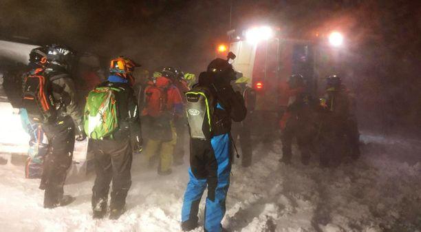 Pelastettavat joutuivat odottamaan apua ankarissa olosuhteissa noin 12 tuntia.