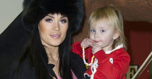 Martina Aitolehti laulaa usein yhdessä tyttärensä Victorian kanssa. Syysvauvan odotus antaa hänelle energiaa.