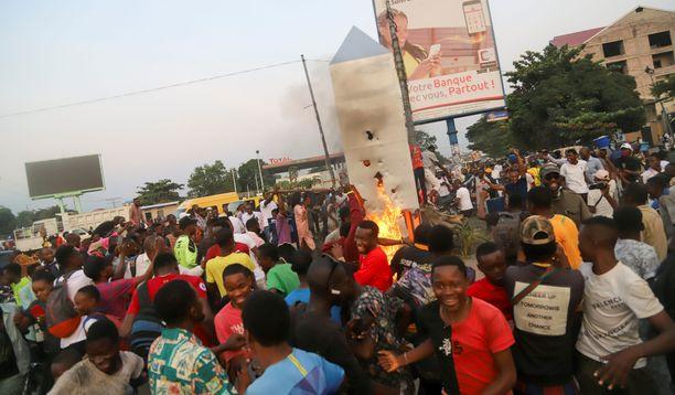 Monoliitti kerkisi seistä liikenneympyrässä neljä päivää ennen kuin väkijoukko tuhosi sen.