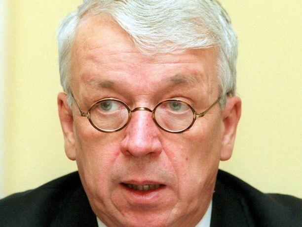 Entinen ministeri Esko Ollila (kesk) kuoli lauantaina. Kuva vuodelta 1996, jolloin hän työskenteli Suomen Pankin johtokunnan varapuheenjohtajana.