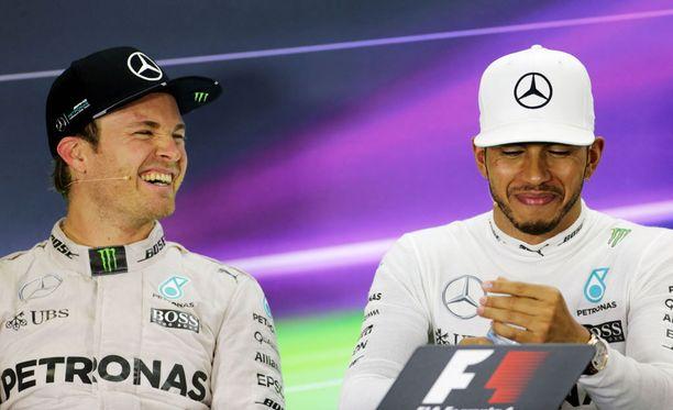 Nico Rosberg (vas.) ja Lewis Hamilton taistelivat tulisesti Mercedes-kuskeinakin.
