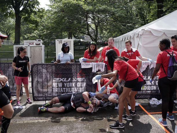 Myös vuoden 2018 kesällä järjestetyssä New Yorkin triathlonissa oli kuuma. Tämä kilpailija pääsi maalissa ensiaputiimin hoidettavaksi.