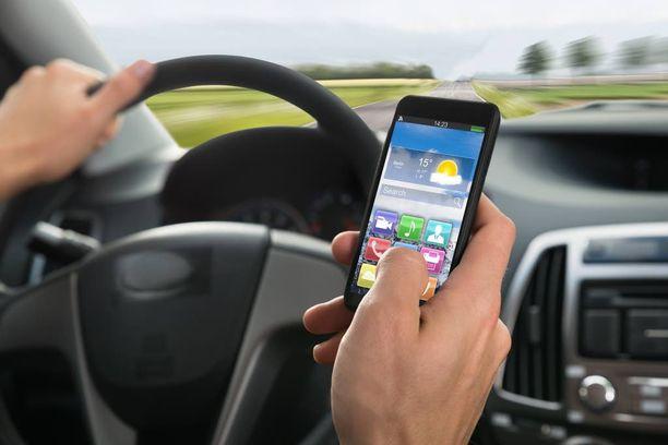 Kännykän käyttö ajon aikana heikentää kuljettajan koordinaatiokykyä.