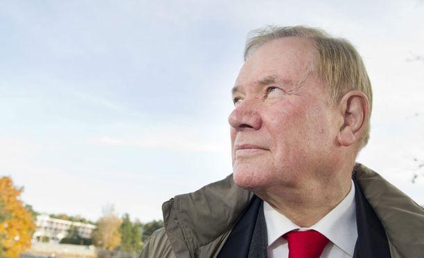 Paavo Lipponen osallistuu tänään isänsä hautajaisiin.