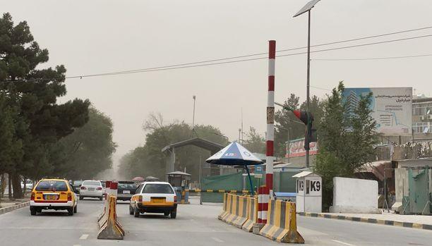 Aiemmin voimakkaasti vartioitu diplomaattialueelle johtava Green Zone Kabulissa on tyhjillään sen jälkeen, kun lähetystöt evakuoivat kotimaiset työntekijänsä Kabulista. Kuva otettu tiistaina.
