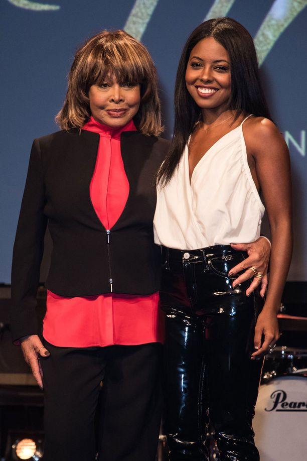 Tina Turner poseerasi musikaalin pääosan esittäjä Adrienne Warrenin kanssa.
